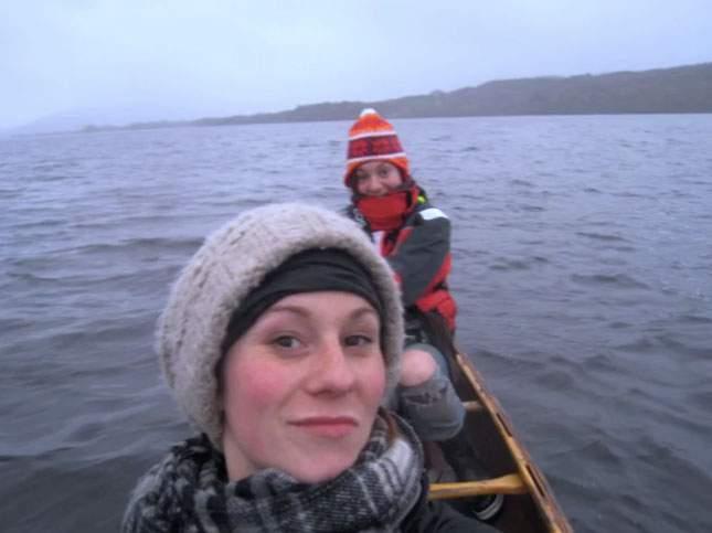 Dos chicas van en canoa cuando de pronto presencian uno de los fenómenos más bellos de la naturaleza 18