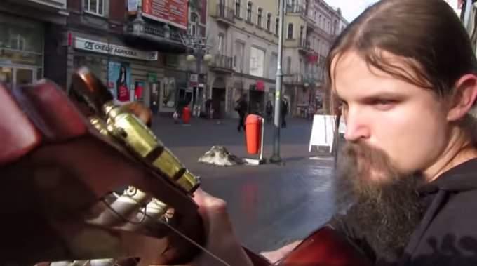 Antes de opinar sobre este músico callejero deberías esperar a escucharlo. Jamás me había equivocado tanto 6