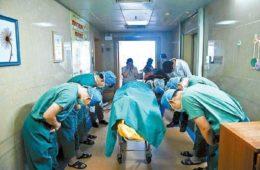 Es increíble el motivo por el qué estos doctores reverencian a este niño justo después de su muerte 6