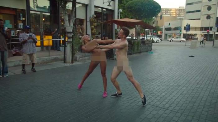 Mira cómo la gente reacciona al ver a bailarines danzando completamente desnudos en la calle 12