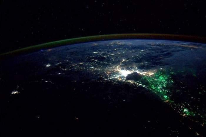 Un astronauta difundió esta imagen. La luz brillante es Bangkok, ¿qué son las luces de color verde? 14