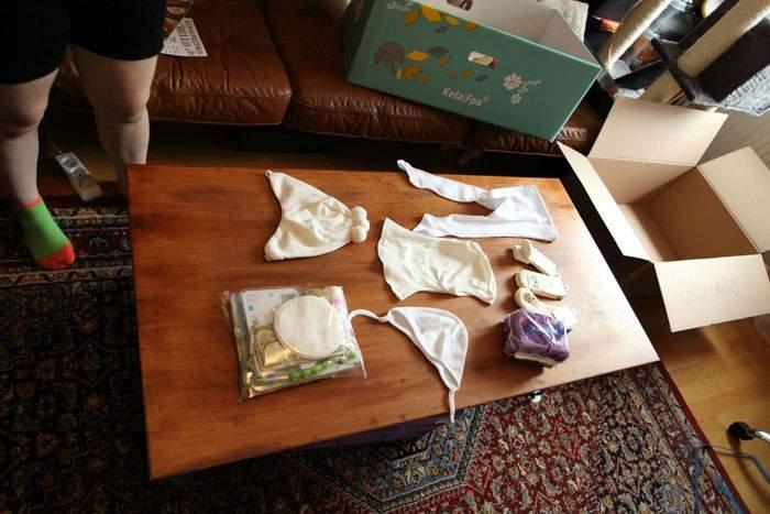 """""""Gorros, pasamontañas, almohadillas para el pecho, calcetines, medias, y la bolsa pequeña tiene un pequeño libro, un juguete, condones, y algún que otro producto de higiene para bebés."""""""