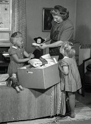 Pie de foto: Una familia abre la caja en 1947