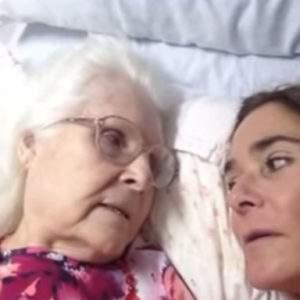 Una madre con alzhéimer reconoce por un instante a su hija y le confiesa cuánto la quiere #DiaMundialAlzheimer 16