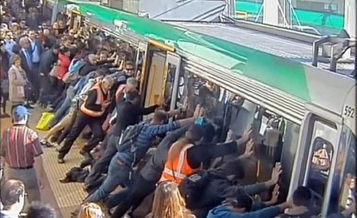 Así es cómo el poder de la gente ayuda a liberar a un hombre atrapado en el metro 20