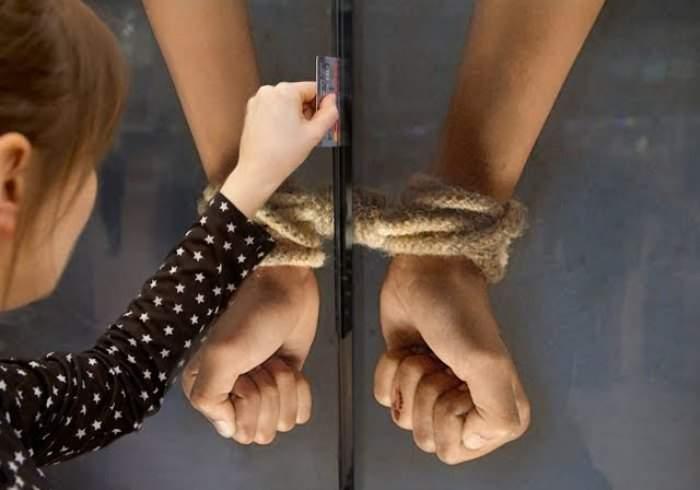 Salva a un niño de la esclavitud cortando sus manos atadas. Impactante poster interactivo 8