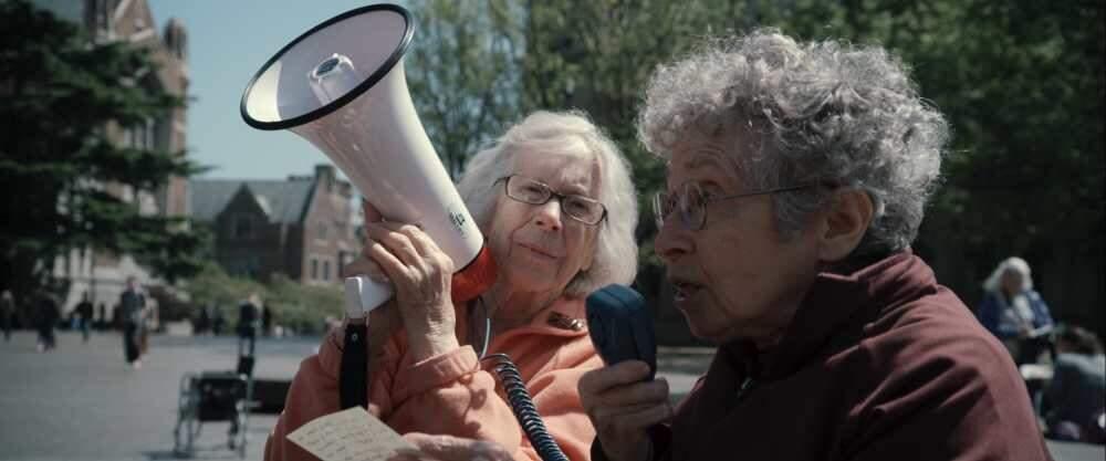 Dos abuelas furiosas protagonizan el documental más divertido sobre el activismo 4