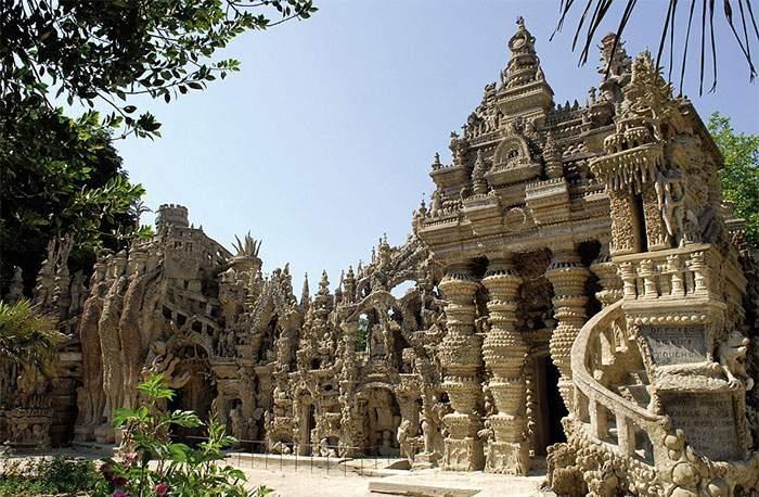 Un cartero pasó 33 años construyendo un palacio con piedras recogidas en su ruta de reparto 23