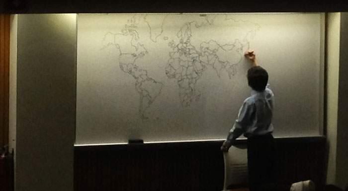Un chico con autismo sorprende a todos con un detallado mapa del mundo dibujado de memoria 1