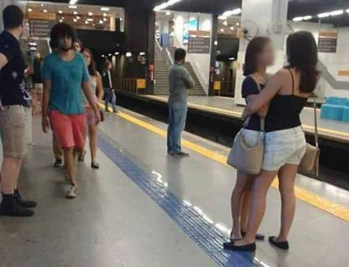 Nunca adivinarás porque la foto de estas mujeres abrazándose se volvió viral 10
