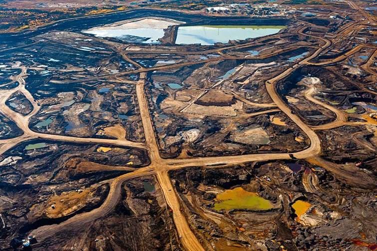 Zona rica de alquitrán en Alberta, Canadá destruida por desechos mineros y tóxicos