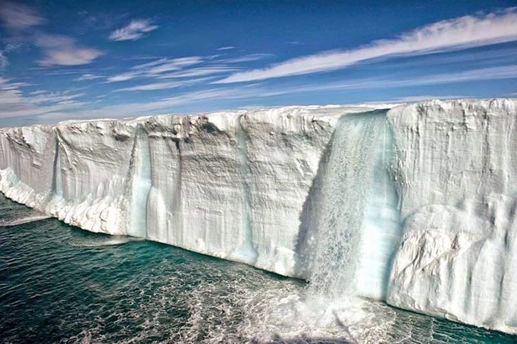 Fusión de iceberg cerca de la isla de Svalbard en Noruega