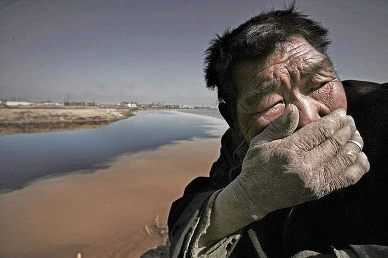 El río Amarillo en Mongolia está tan contaminado que es casi imposible respirar cerca de él