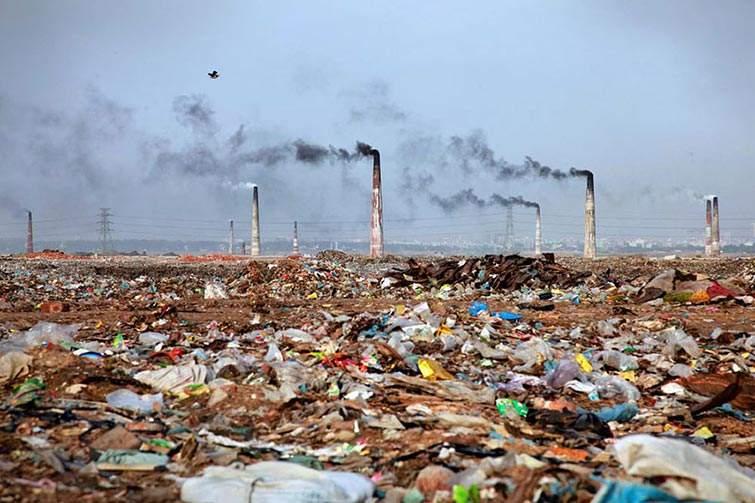 Paisaje lleno de basura en Bangladesh