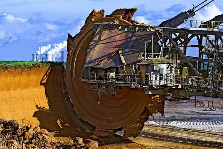 La mayor excavadora del mundo, Bagger 288, utilizada para extraer carbón en Hambach Tagebau mina a cielo abierto (Alemania)