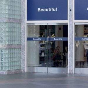 """Colgaron los carteles """"Bonita"""" y """"Promedio"""" en varias puertas. ¿Cuál crees que usaron las mujeres? 9"""