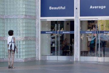 """Colgaron los carteles """"Bonita"""" y """"Promedio"""" en varias puertas. ¿Cuál crees que usaron las mujeres? 4"""