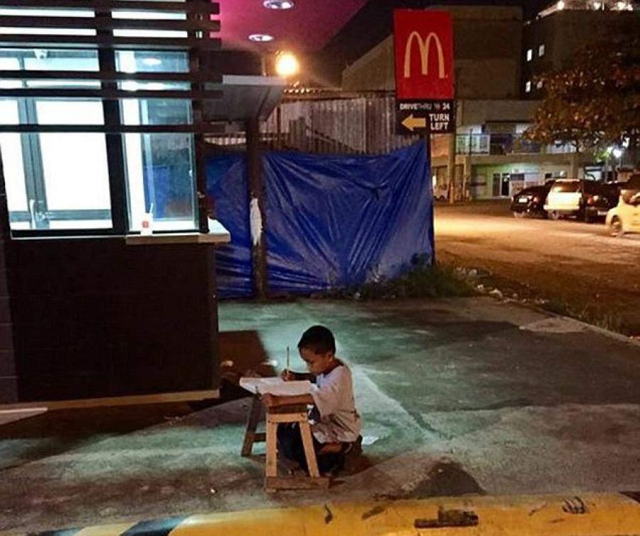 La vida del niño sin techo que hacía los deberes bajo la luz del McDonald's cambia por completo 6