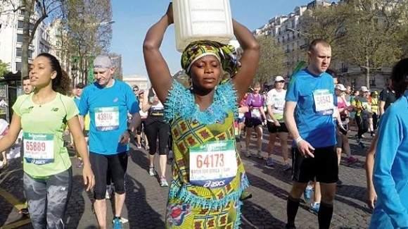 La historia de una mujer africana que corrió la Maratón de París con bidón de agua sobre la cabeza 2