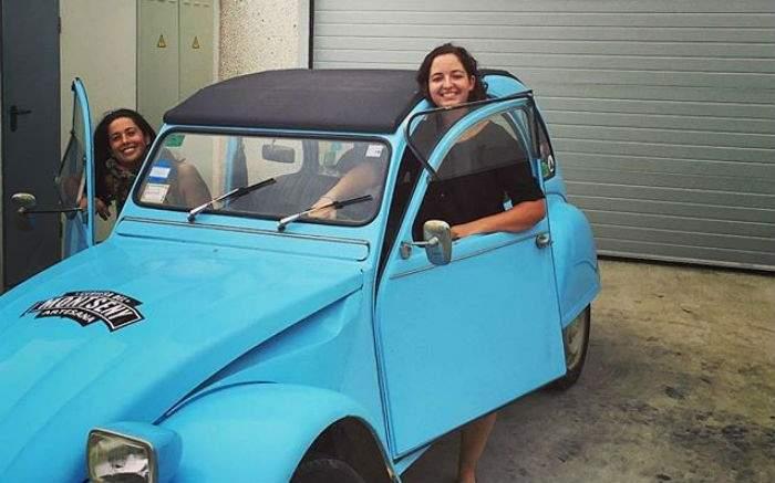 Dos chicas inician un road trip en un Citroën 2CV desde Mallorca sin fecha de vuelta 7