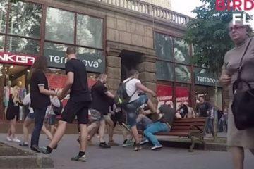 Así reaccionan en Kiev al ver a una pareja gay paseando agarrados de la mano 10