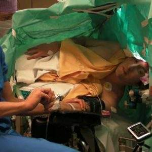 Increíble vídeo de un paciente que canta ópera mientras se le practica cirugía cerebral 6