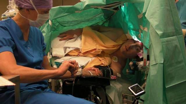 Increíble vídeo de un paciente que canta ópera mientras se le practica cirugía cerebral 1