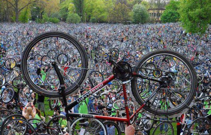 Una vez al mes miles de ciclistas inundan ciudades de todo el mundo por una buena razón 2