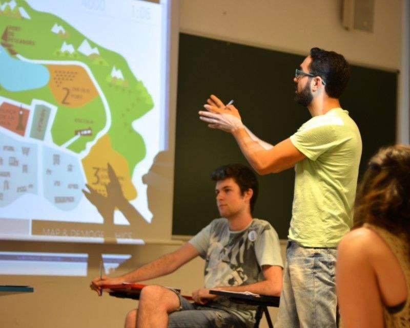 Sesiones de debate durante el juego. Foto: Smile mundo