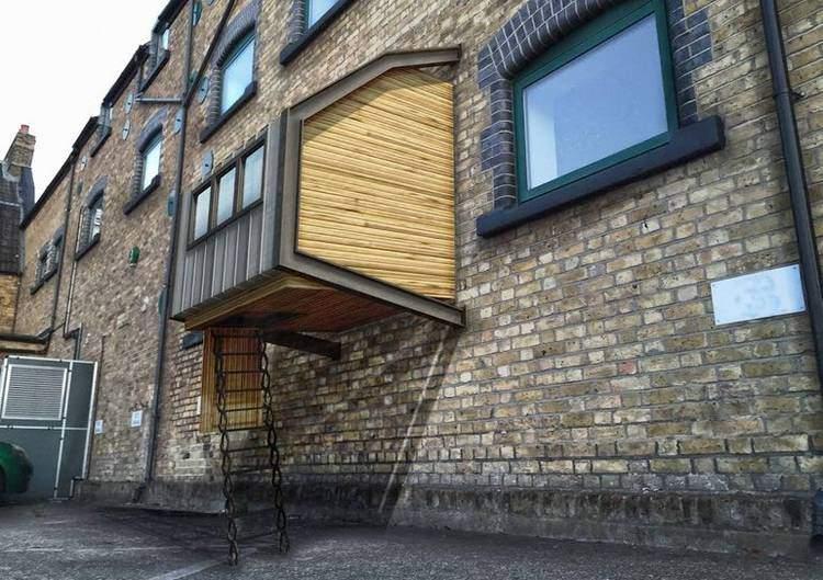 La estructura está compuesta por un marco metálico, que se encastra a la pared. Fuente: James Furzer