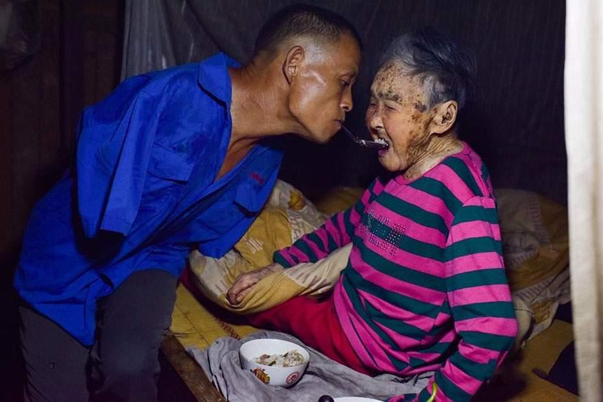 Este hombre sin brazos da de comer a su madre enferma usando sus dientes 9