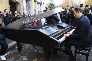 Vídeo completo del pianista que emocionó a los parisinos tocando 'Imagine' en la calle 10
