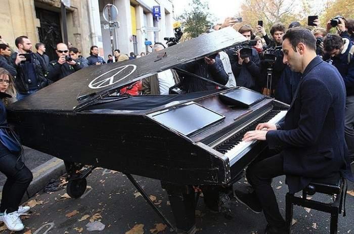 Vídeo completo del pianista que emocionó a los parisinos tocando 'Imagine' en la calle 2