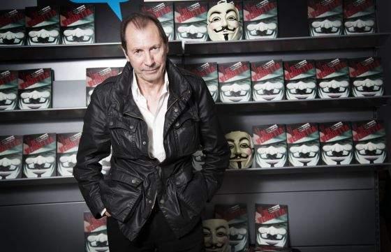 David Lloyd, envuelto en las portadas de su V de Vendetta. : MASSIMILIANO MINOCCRI