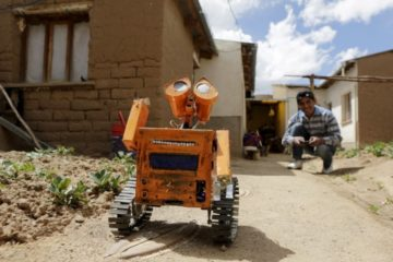 Este joven boliviano construye robots con basura 9