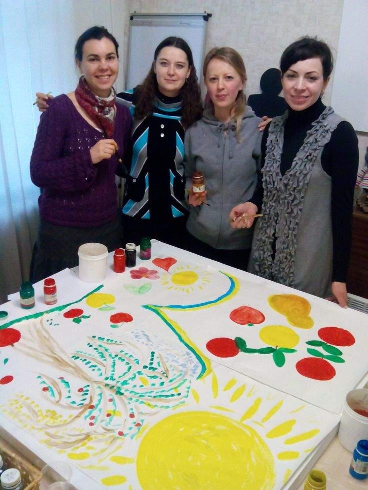 Victoria Nazarevich con sus alumnas de arte-terapia