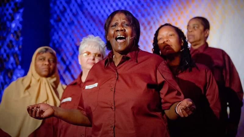 La conmovedora canción de nueve prisioneras provoca ovación del público 16