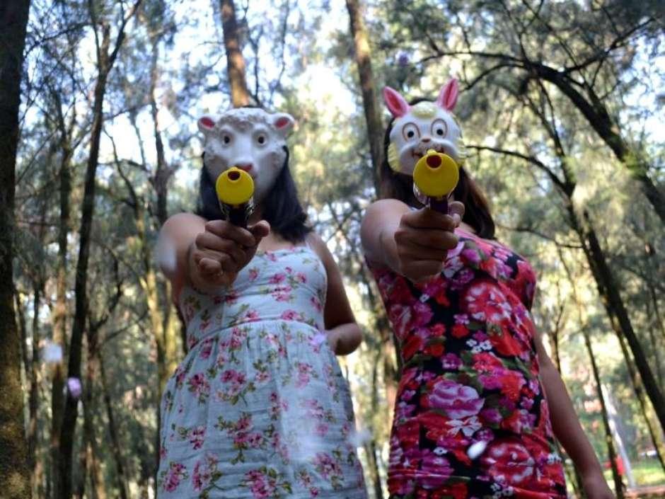 Al ritmo de punk y con pistolas de confeti, un grupo de feministas combate el sexismo callejero 8