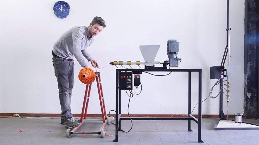 Construye tu propia máquina DIY para reciclar bolsas de plástico y crear nuevos objetos 11
