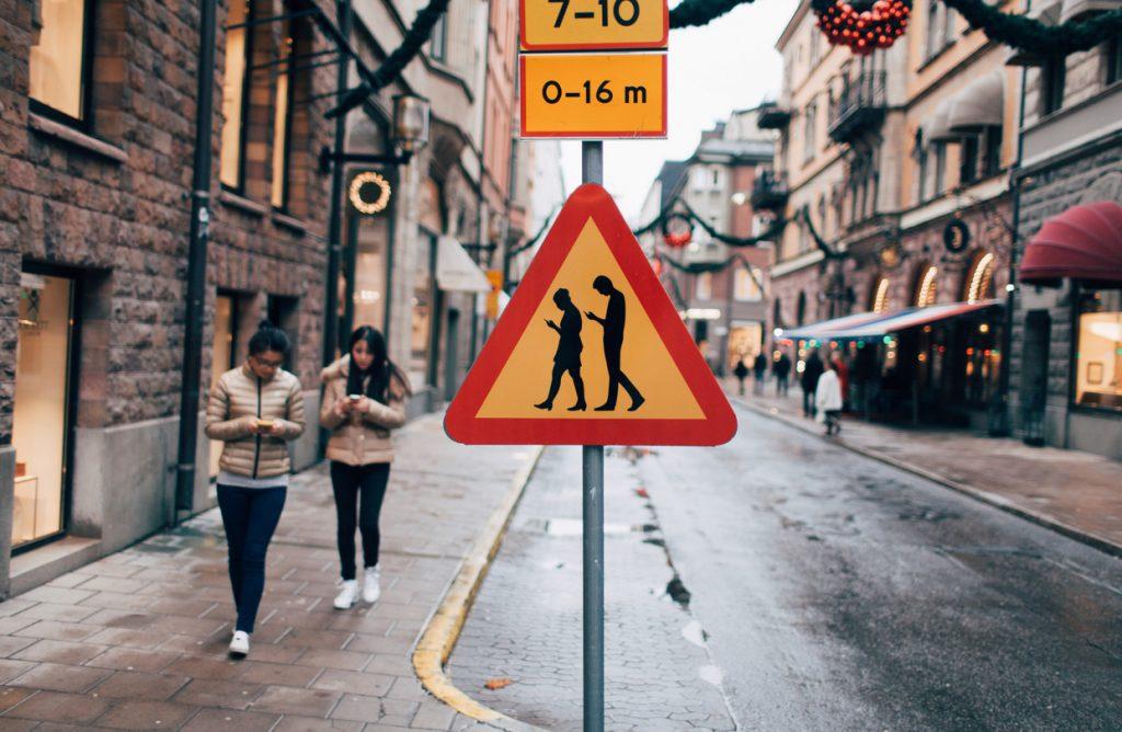 semaforos-en-piso-peatones-adictos-al-celular-alemania-señalamiento-distopicos_muhimu