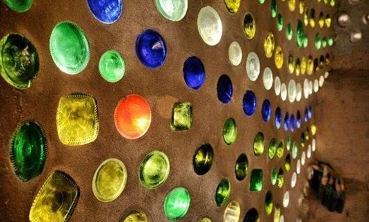 En los Earthships, como en la construcción natural, se reutilizan botellas; estasse usan como claraboyas. El efecto que generan es asombroso.