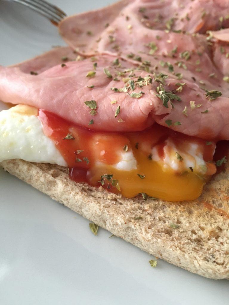 Sandwich de huevo y jamón dulce