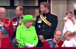 Por qué el príncipe Guillermo se agacha para hablar con su hijo y por qué esto no gusta nada a la Reina 20