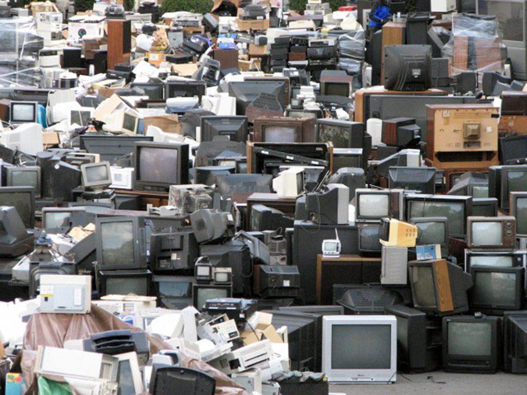 En Comprar, tirar, comprar se muestra el punto de partida de la obsolescencia programada, que se aplica hoy a productos electrónicos de última generación como impresoras o iPods y que se aplicó también en la industria textil y automotriz.