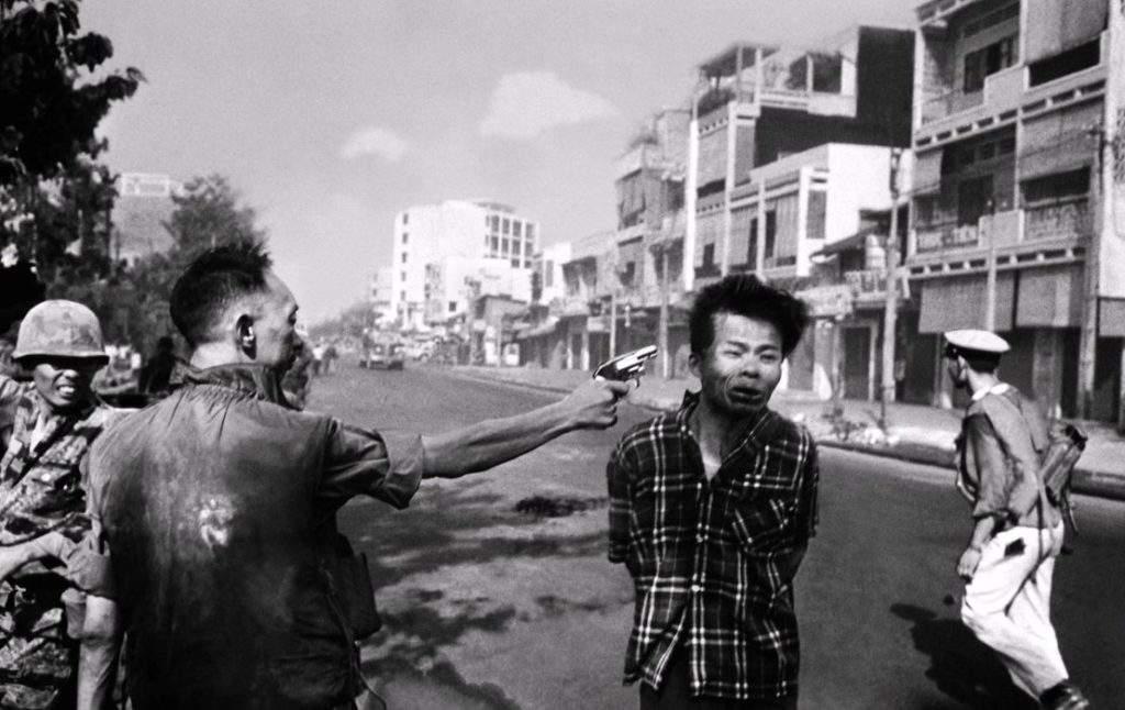 Ejecución de un prisionero del Vietcong por Eddie Adams [Foto: Manhhai vía Flickr]