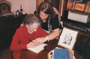 Ernestina de Campourcín entrevistada por la periodista Edith Checa [Foto: Edith Checa vía WikimediaCommons]