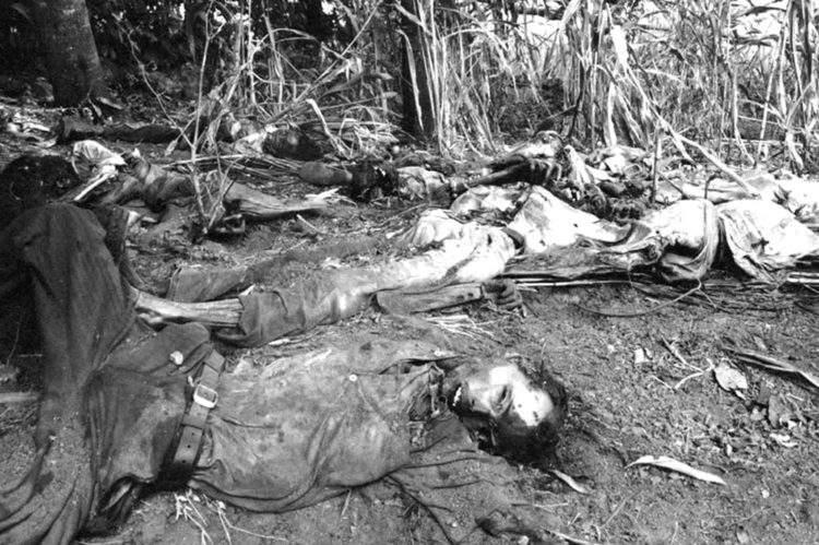 Víctimas de la masacre en El Mozote en El Salvador [Foto: Susan Meiselas vía WikimediaCommons]