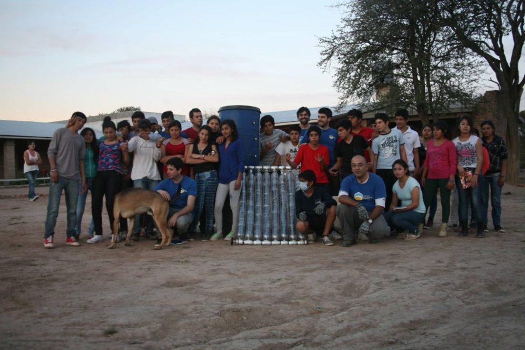 Agua caliente en escuela rural gracias a colector solar autofabricado con materiales reutilizados. El proyecto proveerá de agua caliente solar a EFA Avellaneda, una escuela rural en Santiago del Estero, Argentina. Fuente: http://colectandosol.co/