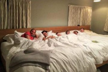 Una pareja crea una cama de 5 metros para dormir junto a sus cuatro hijos 6