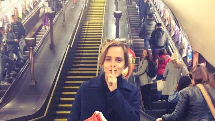 Emma Watson esconde libros feministas en el metro de Londres 2